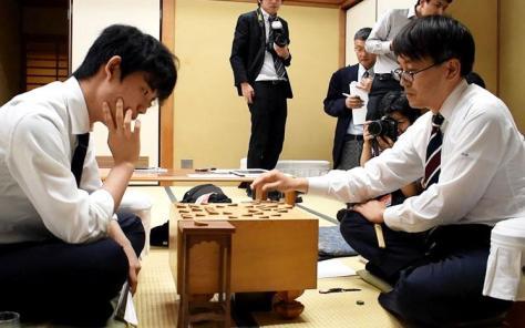 第69期王将戦挑戦者決定リーグ戦で、藤井七段が羽生九段を破り、最年少タイトル挑戦に向けて、大きく前進した。(村瀬信也撮影)