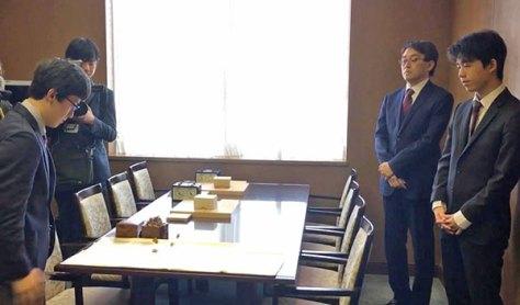 昨年行われた朝日杯準決勝、羽生・藤井戦での振り駒の様子。(村瀬信也 撮影)