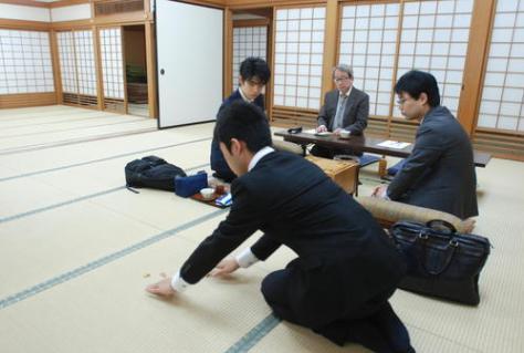 振り駒の結果をみる藤井聡太七段(左)と北浜健介八段(撮影・松浦隆司)