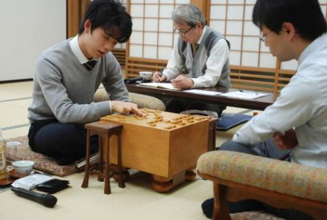 感想戦を行う藤井聡太七段(左)と北浜健介八段(撮影・松浦隆司)