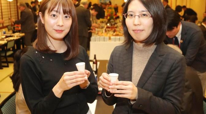 乾杯で互いの健闘を誓う里見香奈女流名人(右)と谷口由紀女流三段