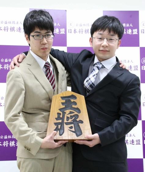 昇段を決めた服部慎一郎新四段(左)と谷合廣紀新四段