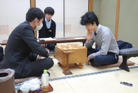 感想戦を行う藤井聡太七段(右)、出口若武(撮影・松浦隆司)
