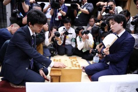 17年7月2日の竜王戦決勝トーナメントで、藤井四段(左)に勝利し連勝を止めた佐々木五段(撮影・ 久冨木 修)