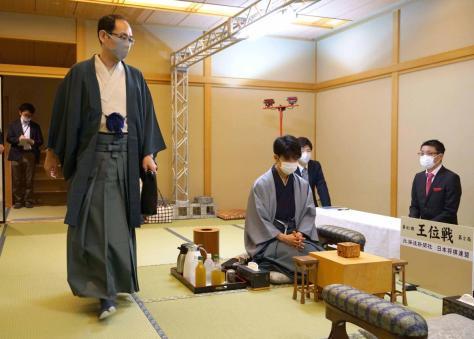 藤井聡太七段(中央)の待つ対局室に入る木村一基王位(日本将棋連盟提供)