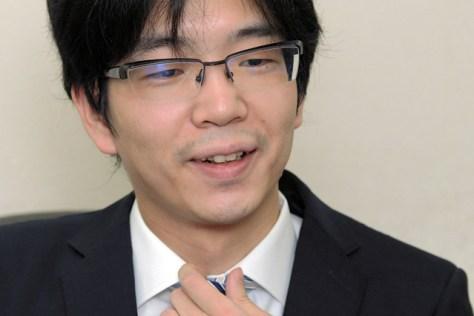 第6局を前にインタビューに答える豊島将之名人=2020年8月13日午後5時22分、大阪市福島区、角野貴之撮影