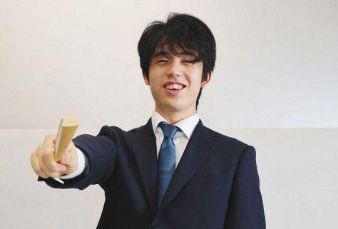 扇子を手に笑顔を見せる藤井聡太王位