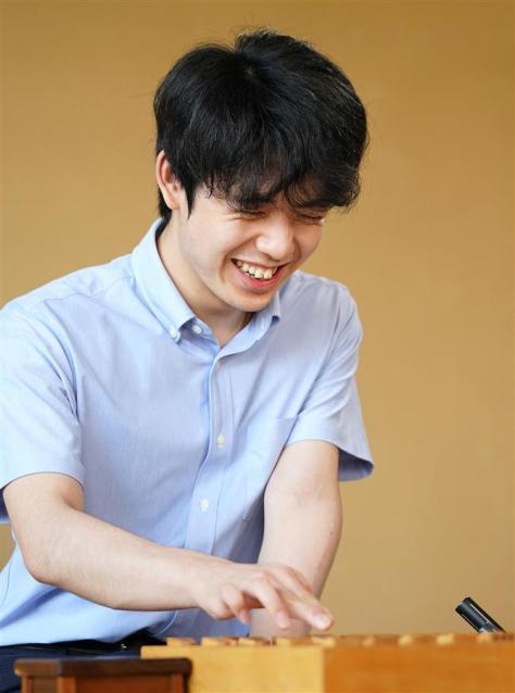 5歳のときに将棋と出会った藤井聡太二冠。「ルール通り指していたか、怪しいかな」と笑いながら振り返った(撮影・桐山弘太)