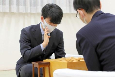 史上最年少で通算200勝を達成した藤井聡太二冠(左)=2020年11月20日、東京都渋谷区、日本将棋連盟提供