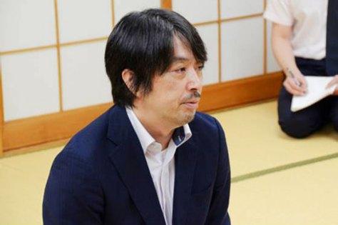 王座戦挑戦者決定戦の後、インタビューに答える久保利明九段。(日本将棋連盟撮影)