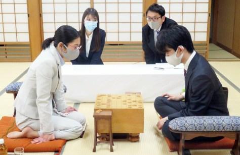 昨年11月16日に行われた将棋の王位戦記念対局で、里見香奈女流名人を破った藤井聡太二冠(写真提供・日本将棋連盟)