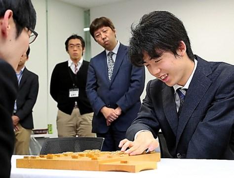 斎藤慎太郎・現八段(左)に勝った藤井聡太現二冠(右)=2020年1月19日
