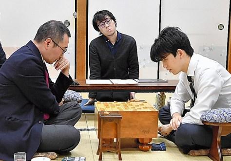 高野秀行六段(左)に勝ち、B級2組昇級を決めた藤井聡太・当時七段=2020年2月4日、大阪市