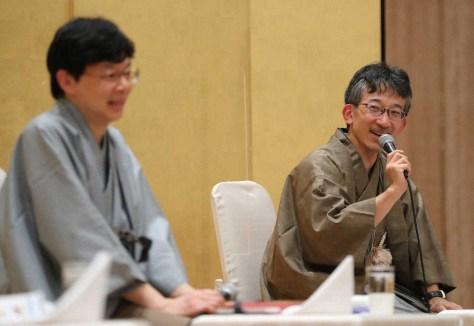 <第70期王将戦第4局・2日目>トークショーを行う佐藤会長。左は谷川九段(撮影・吉田 剛)