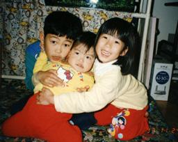 5歳のころの香奈(右)。兄の卓哉(左)、妹の咲紀(中)と