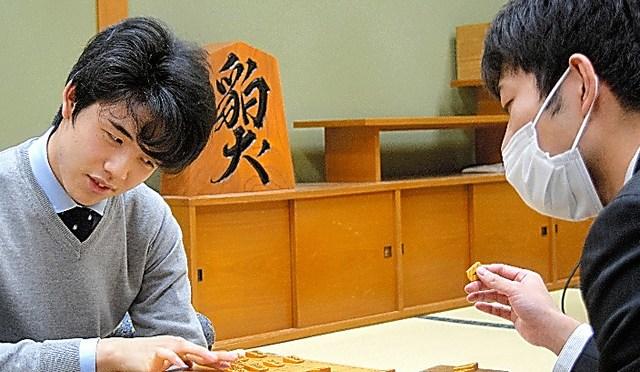 出口若武・当時四段(右)に敗れた藤井聡太・当時七段=2020年3月9日、大阪市