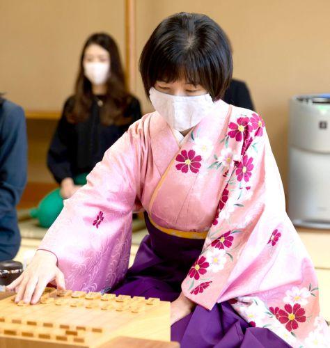 タイに戻して最終局に臨むことになった伊藤沙恵女流三段(日本将棋連盟提供)