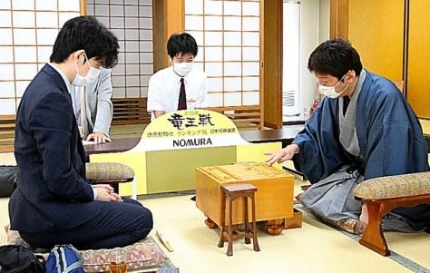 第33期竜王戦の3組ランキング戦決勝で対戦する和服姿の杉本昌隆(右)と藤井聡太(左)=2020年6月20日、大阪市福島区、日本将棋連盟提供