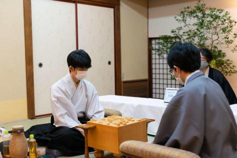 感想戦を行う藤井聡太2冠(左)、豊島将之叡王(日本将棋連盟提供)