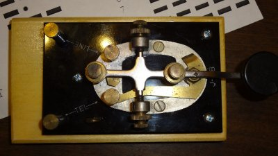 Straight key mounted on the base