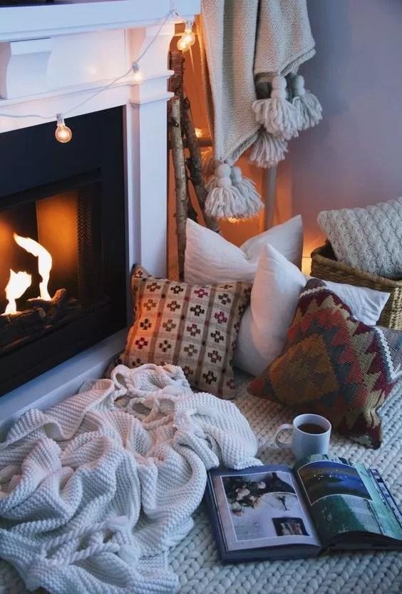 lampki w kształcie żarówek, kominek, ciepłe wnętrze