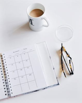 scheduling_calendar_glasses_coffee