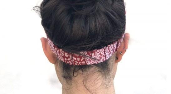 Mulher de costas com lenço na cabeça
