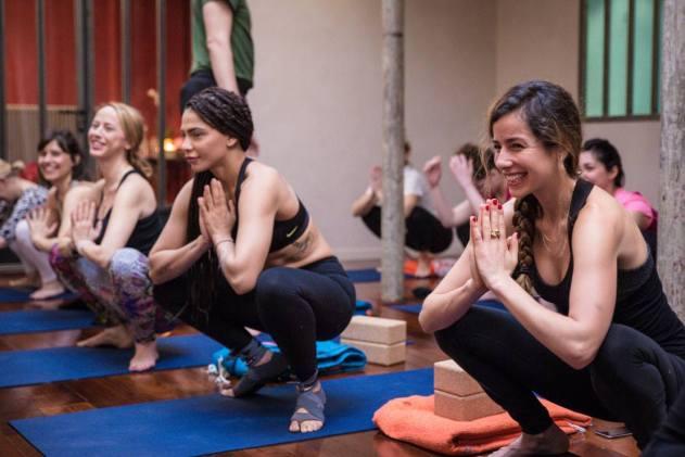 yoga yogini Paris studio happy smile