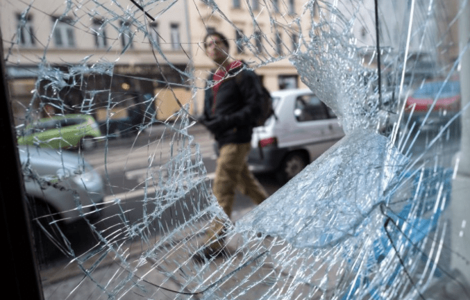 advertiise-com-bus-shelter-smashed-glass