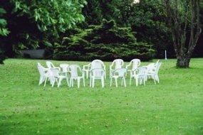 Foto, Wiese mit Gartenstühlen