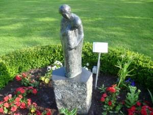 Foto : Steinplastik zweier Menschen im Park