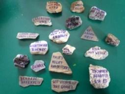 Foto mit vielen beschrifteten Steinen