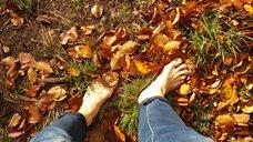 Foto Füße auf der Herbstwiese