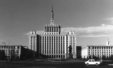 Casa Scanteii cu statuia lui Lenin.