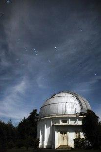Sirius adalah bintang yang tampak paling terang di langit malam. Pada foto diatas, sirius tampak pada sekitar pojok kiri atas. Kecerlangan sirius sekitar dua kali lipat kecerlangan Canopus (bintang paling terang kedua). Dibawah sirius tampak rasi orion atau waluku dengan tiga bintang berjajar adalah sabuk orion. Cahaya terang yang menyinari kubah teropong zeiss adalah cahaya bulan. © Alfan Nasrulloh/Obs. Bosscha