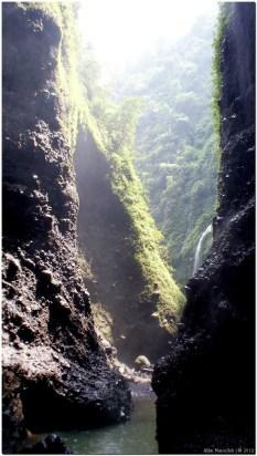 Lewat tebing sebelah kiri orang menuju air terjun utama madakaripura. Orang harus merayap di tebing itu untuk sampai ke lokai air terjun utama.