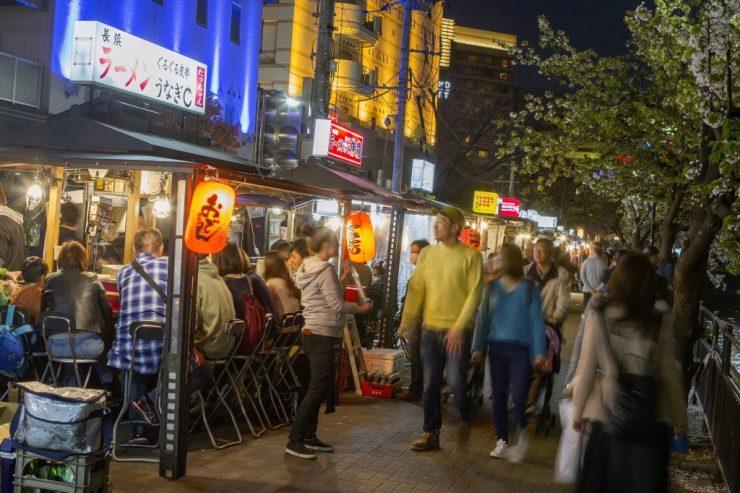 후쿠오카 야타이 앞을 지나가는 사람들