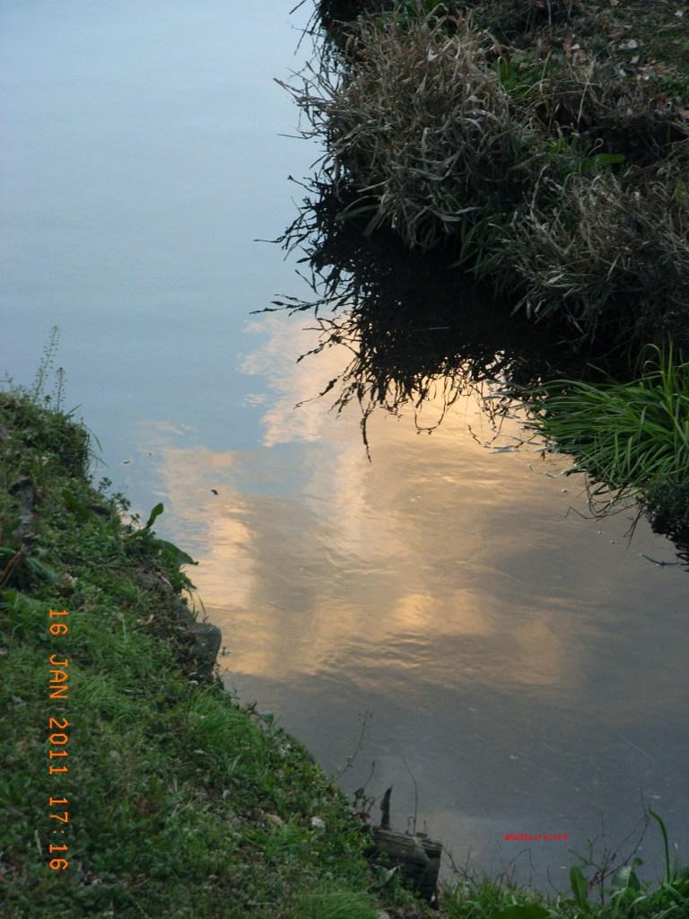 水面の夕陽