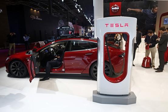 パリ自動車ショーに展示されたテスラの「モデルS」  Bloomberg