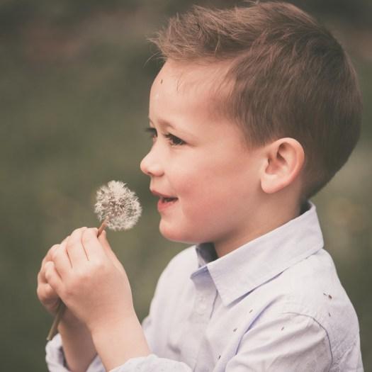 ann-elise lietaert kinderfotografie kidsfotografie spontaan spontane romantisch groen communie communiefoto communiereportage lentefeest foto 4