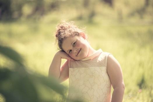 ann-elise lietaert kinderfotografie kidsfotografie spontaan spontane romantisch groen communie communiefoto communiereportage lentefeest foto 7