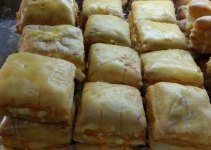 Manolitos de Yema. Cuadradito de hojaldre relleno de   crema y bañados en yema de huevo