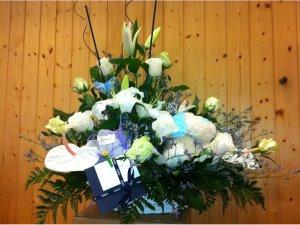 Centro de Flores Blancas con Peluche