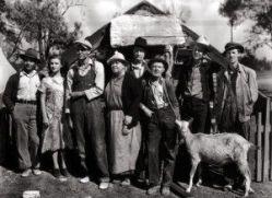 """Ford consigue de sus personajes una humanidad única en cualquier cineasta. (Actores que representan el retrato familiar en """"Las uvas de la ira"""")."""