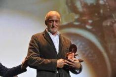 Charles Dance con el Premio Máquina del Tiempo.