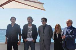 """El equipo de """"A Perfect Day"""", en el que se encuentran León de Aranoa, Benicio del Toro y Mélanie Thierry."""