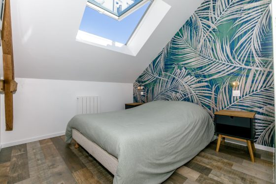 Chambre sobre moderne avec une tapisserie végétale