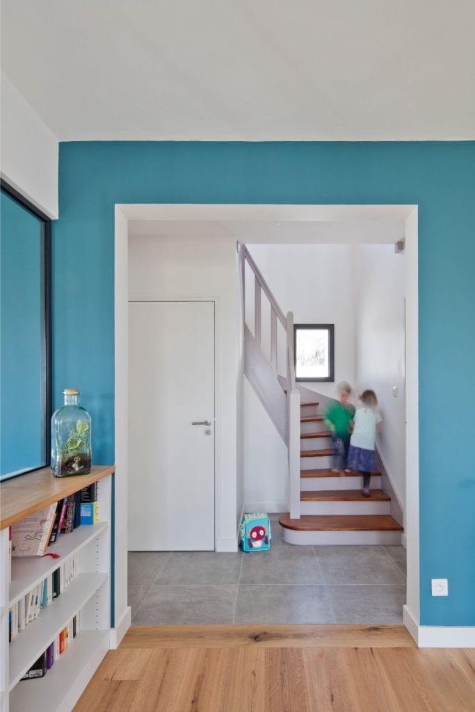 Archibien Rénovation d'une maison Néo Bretonne dans le Morbihan. Escalier simple et épurée, à la fois fonctionnel et esthétique.