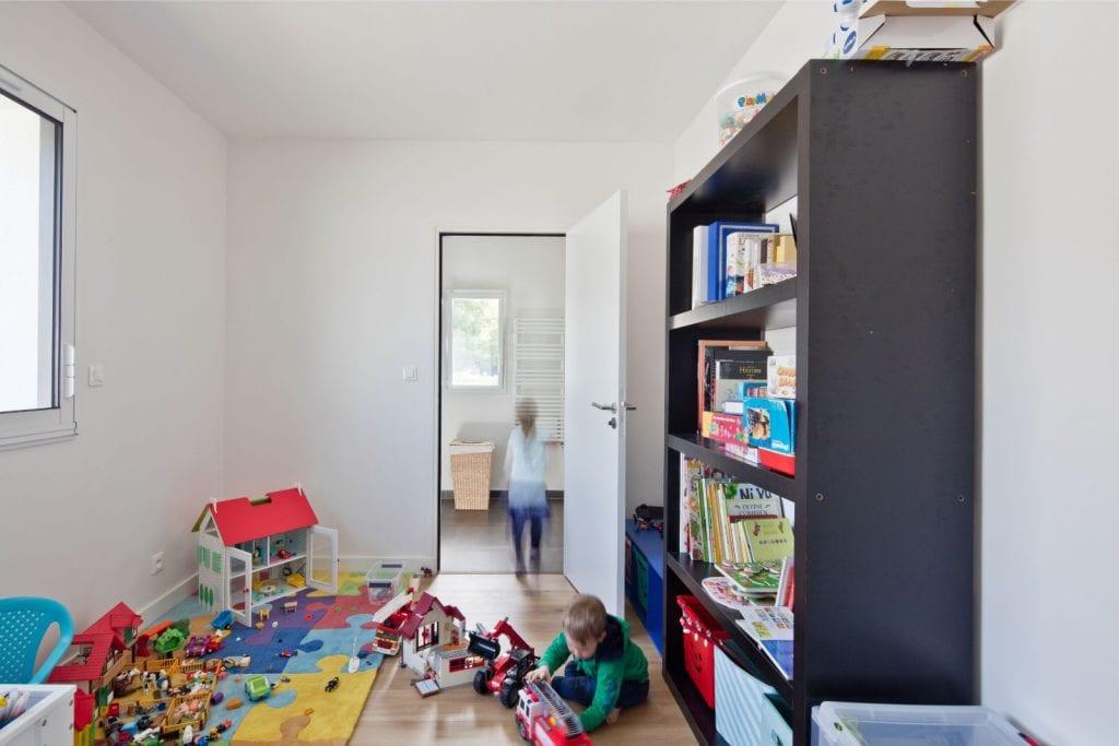 Archibien Rénovation d'une maison Néo Bretonne dans le Morbihan. Une des pièce à l'étage rénovée. Pièce de jeux.