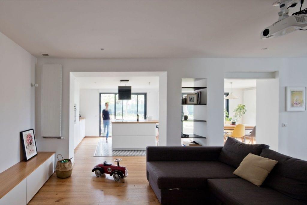 Archibien projet rénovation de maison à Nantes. L'ouverture entre la cuisine/salle à manger et le salon. Vue de la cuisine depuis le salon.
